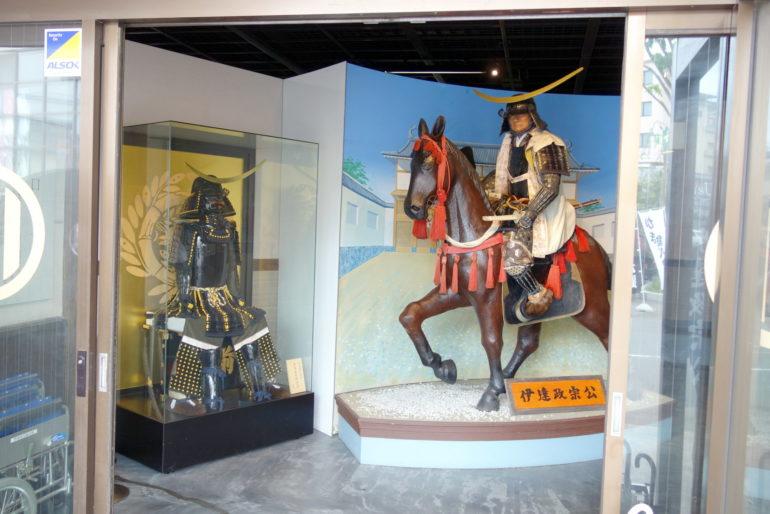 伊達政宗公騎馬像と甲冑のレプリカ