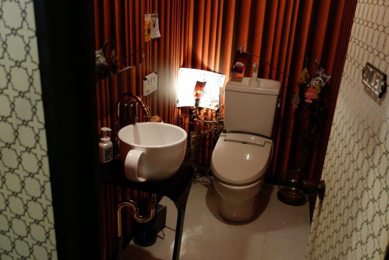 お手洗い、もしくは「赤い部屋」